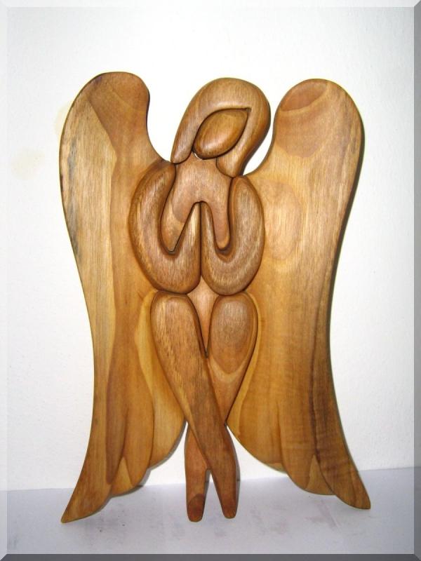 Soška, sediaci anjel z dreva. 24 cm | drevený anjel strážny