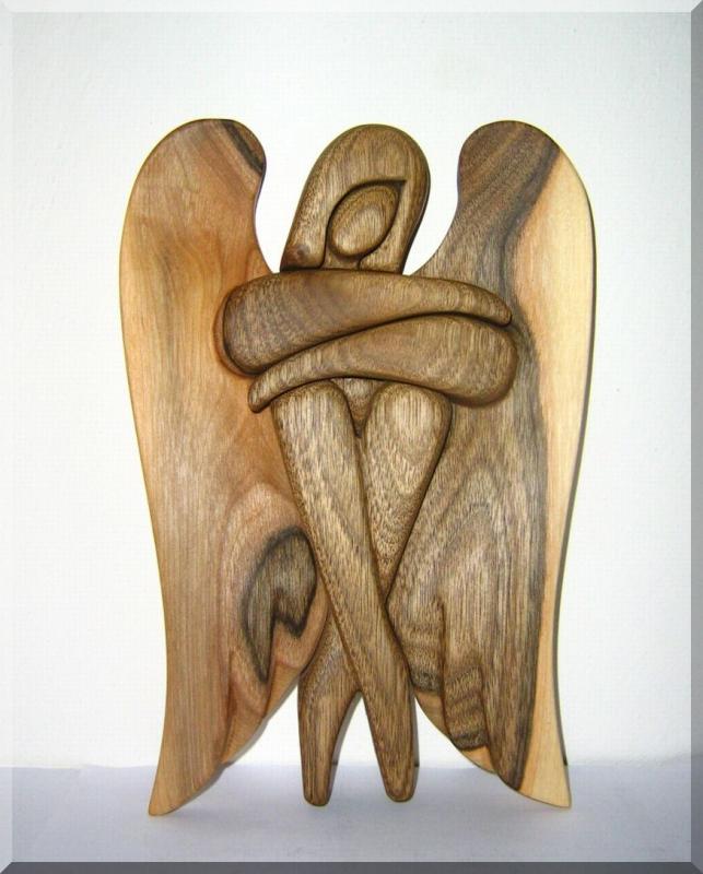 Soška anjel materiál ORECH. 24 cm | drevený anjel strážny
