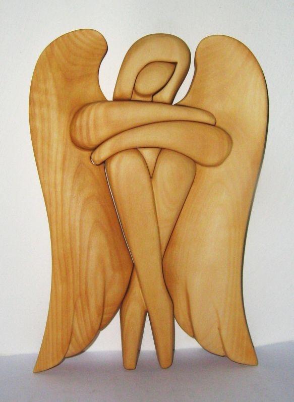 Soška, sediaci anjel, svetlé drevo. 24 cm | drevený anjel strážny