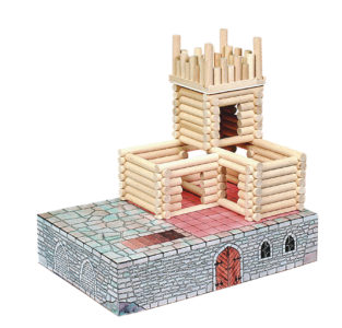 Detská stavebnica z dreva obsahuje skladacie a rozkladacie modely stavieb, zhotovené z hladených bukových guľatín o priemere 15 mm, v dĺžkach od 28 do 250 mm, opatrených frézovanými polguľatým zámky. Sú navzájom kompatibilné a umožňujú postaviť desiatky variantov stavieb. Okná a dvere, zlepené z masívnych profilov, sa vkladajú do stien stavieb. Sú uložené v pevných kartónových škatuliach, ktoré zaisťujú ich maximálnu životnosť a rozvíja konštrukčné fantáziu detí.