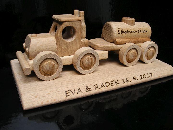 Cisternové vozidlo – drevená hračka | darček na podstave