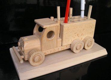 Auto-stojan na prepisovačky, ceruzky, perá | firemné drevené darčeky
