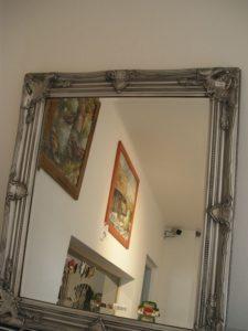 Strieborné zrkadla s ornamentom na stenu