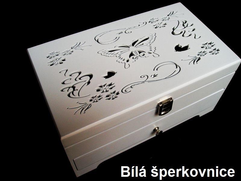Biela drevená šperkovnica so zásuvkami a dekorácií motýľ