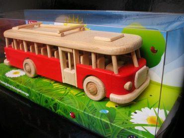 Hračky červený drevený autobus