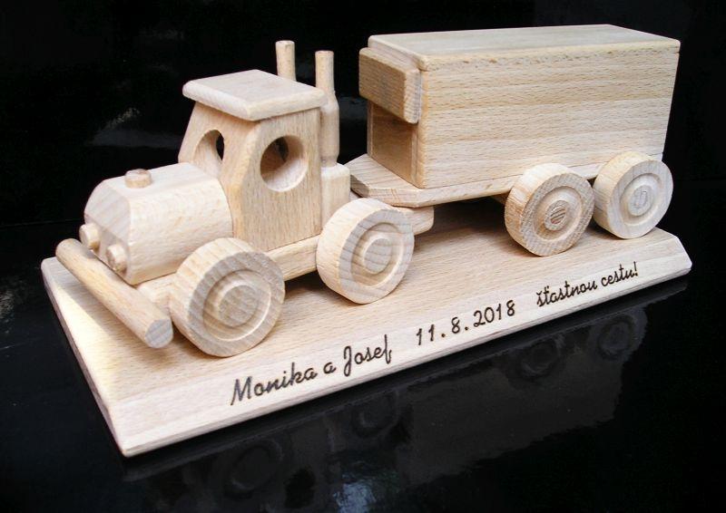 TIR drevený kamión. Darček pre vodiča, šoféra kamiónu