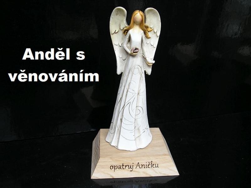 Soška modliaceho sa bieleho anjela na podstavci | anjel darček