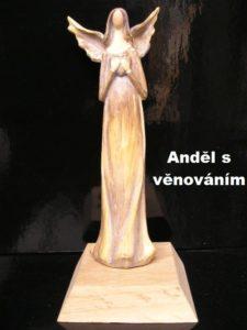 Soška anjela na drevenom podstavci s možnosťou venovanie