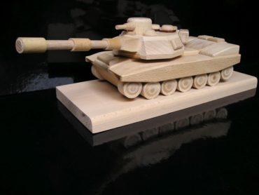 Vojenský tank   drevený darček na postav