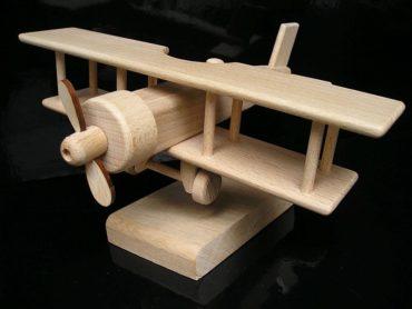 Darček lietadlo dvojplošník na stojančeku