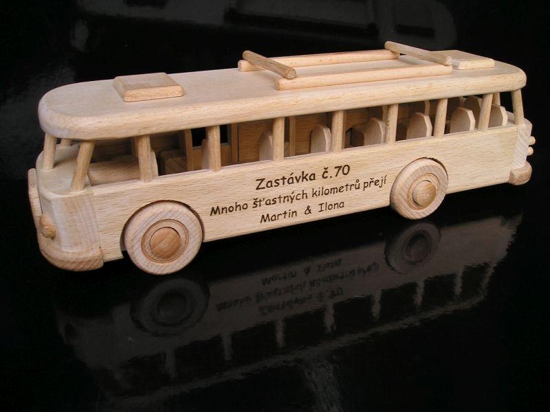 Drevené hračk y  autobusy