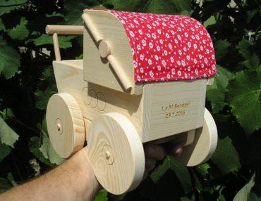 Drevený retro kočík pre bábiky. Drevené hračky pre dievčatká.