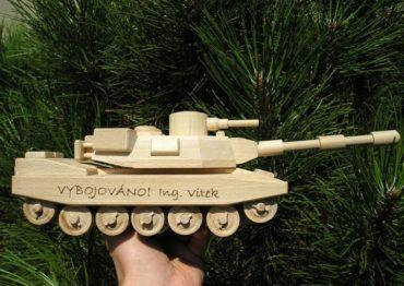 Hračky pre chlapcov vojenský tank | drevené darčeky a hračky