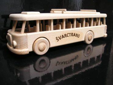 Drevené darčeky, autobus pre vodičov autobusov a zamestnancov dopravných firiem.