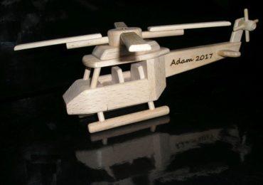 Vrtuľník pre pilota vrtulníku na stojančeku   drevené darčeky dárky a hračky