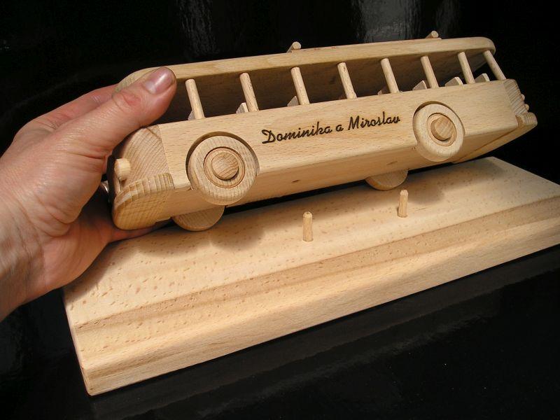 Drevené darčeky pre vodičov autobusov a zamestnancov dopravných firiem.