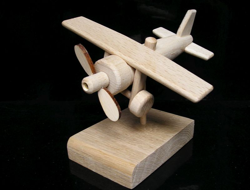 Lietadlo drevený darček k narodeninám pre pilotov