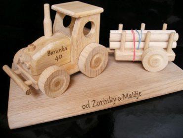 Poľnohospodársky traktor s vlečkou, detská hračka, drevené darčeky