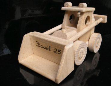 hračka drevený nákladné auto má sklopný kontajner a nakladač Bobík má funkčné pohyblivú lyžicu. Vyrobené z odolného a tvrdého bukového dreva. Povrch je len prírodne voskovaný a vyleštený - žiadne chémie. Použitá spojovacie lepidlá garantujú vysokú pevnosť spojovaných dielov. Pohyblivé časti hračky sú sympatické deťom. Ekologická hračka / model so všetkými certifikátmi bezpečnosti. Hračka prečká veky a bude navždy spomienkou deťom aj rodičom na najlepšiu časť života Profesionálne prevedenie darčekového boxu s veľkosťou 40x14x15 cm umocňuje nádherný zážitok z precízne vyrobených drevených modelov / hračiek. Vnútorná grafická vložka krabica je konštruovaná rovnako ako krásne farebné pódium, ktoré výborne poslúžia pre ďalšie detské hry chalanom aj dievčatkám.