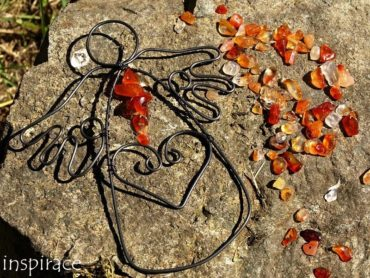 Univerzální kameny. Drátovaní andělé s minerálním kamenem podle znamení horoskopu.