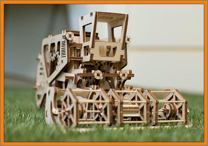 """Kombajn je drevená 3d stavebnica puzzle model, ktorý ponúka rozmanité obmeny (varianty) mechaniky. Pri jazde kombajnu sa roztočí navijak (kotúč), ako v skutočnom prototypu. Model má vstavanú tajnú schránku, umiestnenou v ľavej časti kabíny.  Mechanický kombajn začína jednoduchým pohybom alebo rýchlym točením (rotáciou) veľkého zadného kolesa. Na druhej strane kabíny je páka, ktorú možno uzamknúť alebo spustiť kombajn. Kombain funguje na (princípe) """"gumičkového motora"""". Parádny darček pre staršie chlapcov"""