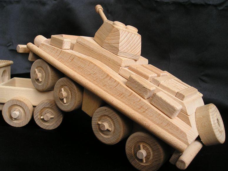 Vojenský transportér, tank. Drevená hračka, darčeky pre vojakovA