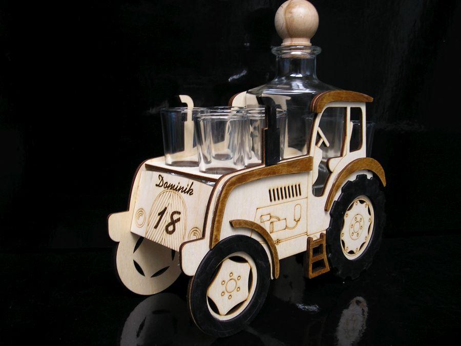 Dreveny traktor s flašou k narodeninam