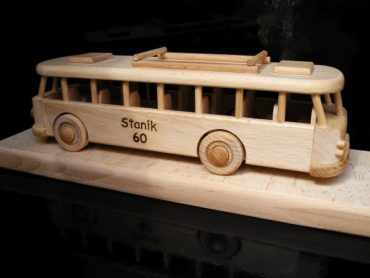 Drevený autobus hračka