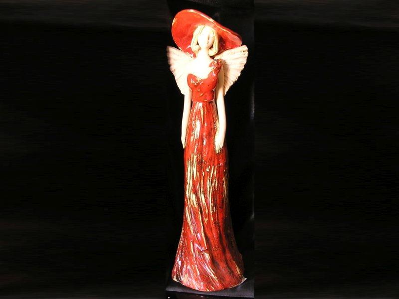 Červený anjel a klobúkom, soška dekorácie