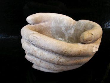 Dekoračná miska ženské ruky, kamenina na záhradu, do bytu