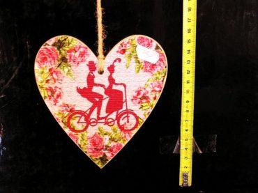 Drevené dekoračné srdce červené cyklista