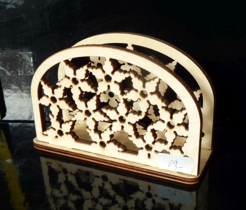 Drevený dekoračný stojan na papierové obrúsky