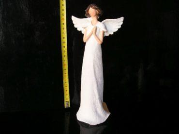 Krásny biely anjel, modlí sa. Sošky dekorácie