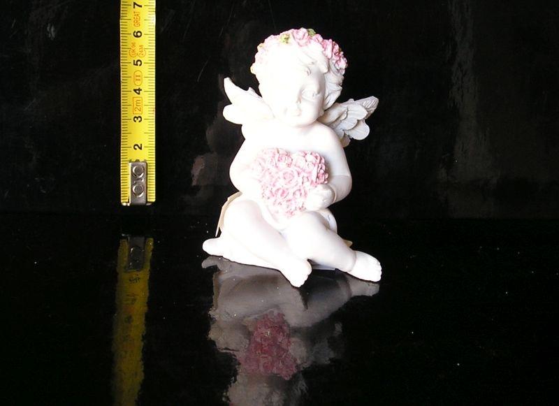 Malý biely anjel dieťatko so srdcom, sošky dekorácie