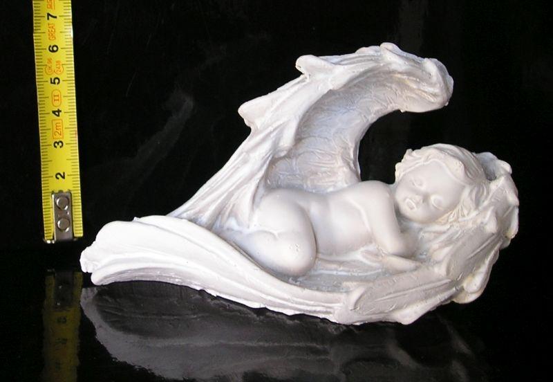 Spiaci anjel v krídlach, soška dekorácie
