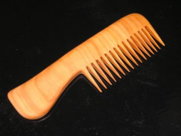 Drevený hrebeň na vlasy