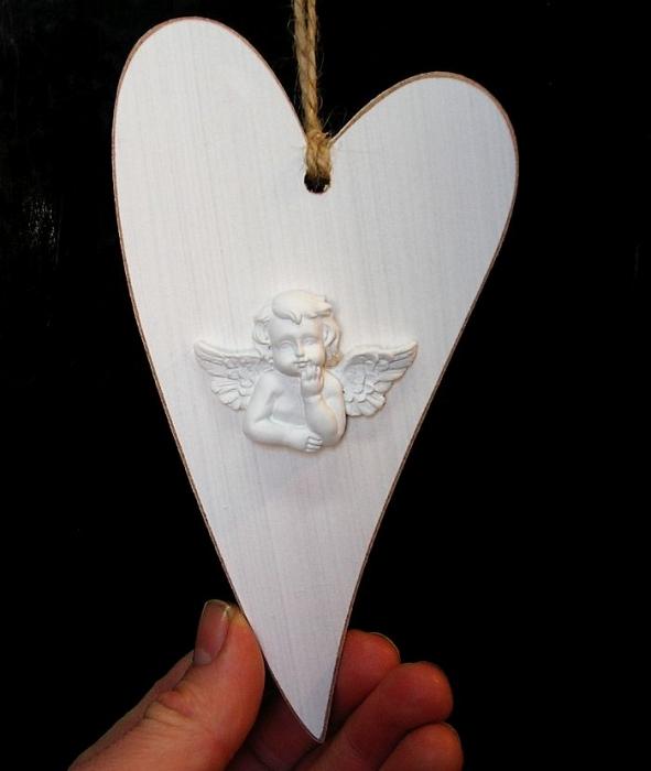 Drevené biele srdce s anjelom, závesná dekorácia