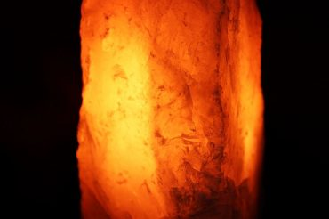 Svietnik elektricky, lampa, ruženín kamen minerál